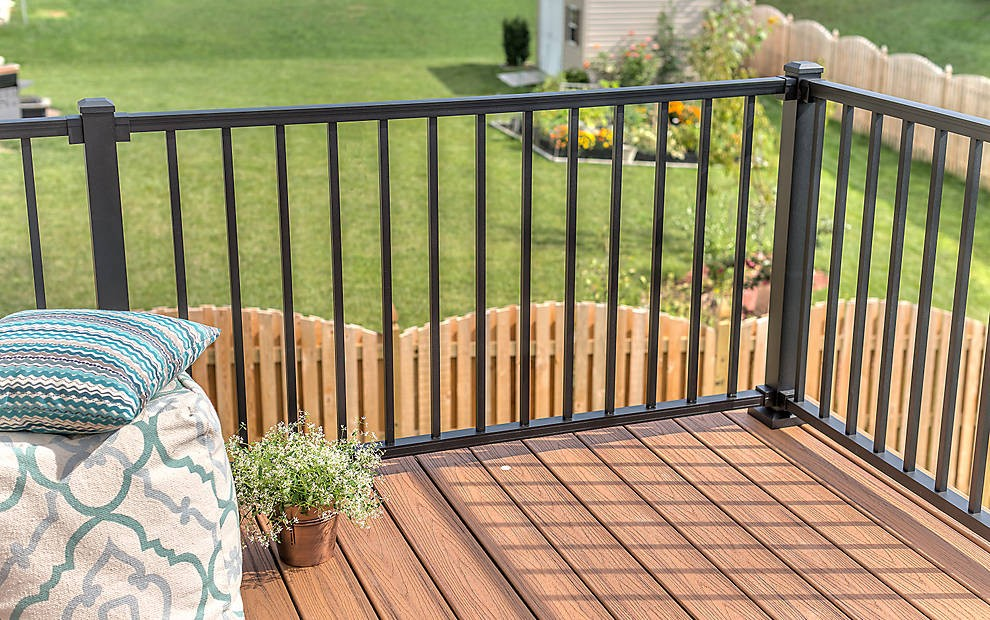 Trex Black Top Bottom Rail With 13 Square Balustrades 1060